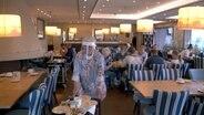 Frühstücks-Service in Corona-Zeiten: Angelika Hesse, Inhaberin des Hotel Seeblick auf Amrum. © NDR/Spiegel TV