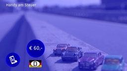 Teil einer Grafik, die das Bußgeld für Handynutzung am Steuer (60 Euro) als blauen Kreis mit weißer Ziffer anzeigt. Im Realbild dahinter: Spielzeugautos auf einem Bordstein. © NDR/D*14Film/C Films Deutschland