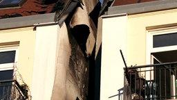 Ausschnitt des oberen Stockwerks eines Mietshauses: Lichtschacht mit sichtbaren Spuren eines Brandes. © NDR