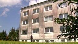 In Teilen schwarz angelaufene Hausfassade. © NDR