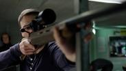 Ein Mann formt seine Hände zur Schusswaffe. © NDR/7 Tage Fotograf: Willem Konrad