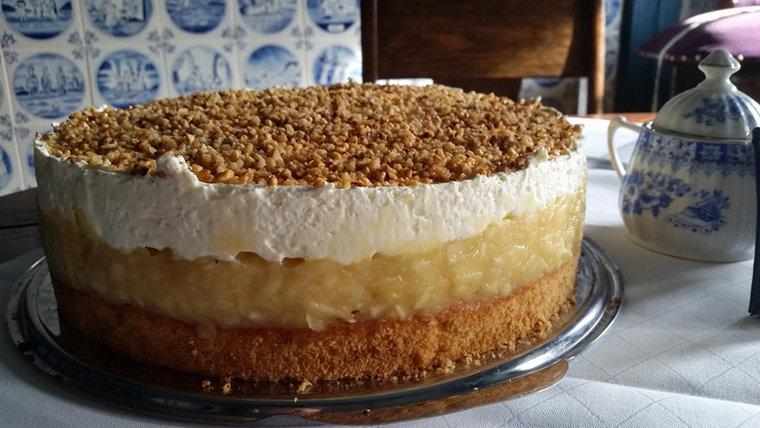 Kuchen mit apfelkompott und pudding