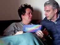 Jens Hardeland (re) und eine Frau sitzen auf dem Sofa. © NDR