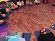 Eine Lachyoga-Gruppe liegt auf Yogamatten im Kreis. © NDR