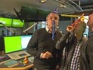 Jens Hardeland, Andreas Kuhlage und Hinnerk Baumgarten feiern mit Hüten und Tröten im Studio von N-JOY © NDR