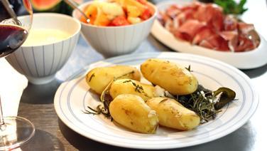 Neue Kartoffeln mit Parmesan-Soße und Melonensalat