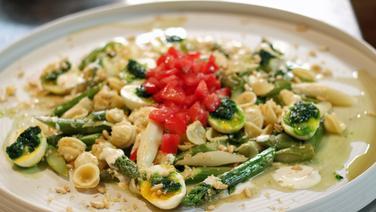 Nudelsalat mit Spargel und Eiern