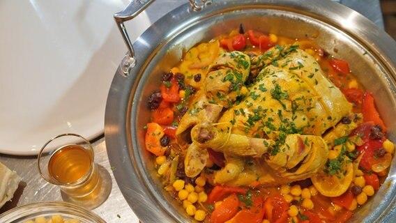 "Rezept ""Geschmortes Huhn mit Paprika und Kichererbsen"" | NDR.de - Ratgeber - Kochen"