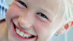 Ein Mädchen mit einem breiten Lächeln im Gesicht © Claudia Rehm/Westend61 Foto: NDR/Foto-CD