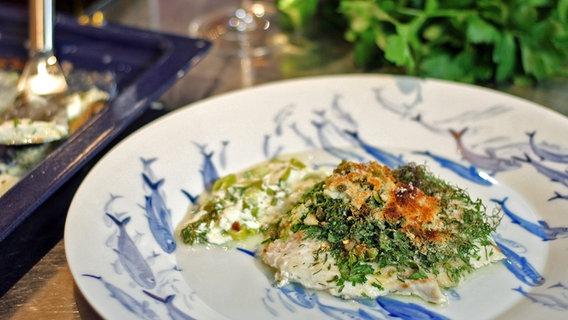"Rezept ""Seelachsfilet aus dem Ofen mit würziger Soße"" | NDR.de - Ratgeber - Kochen"