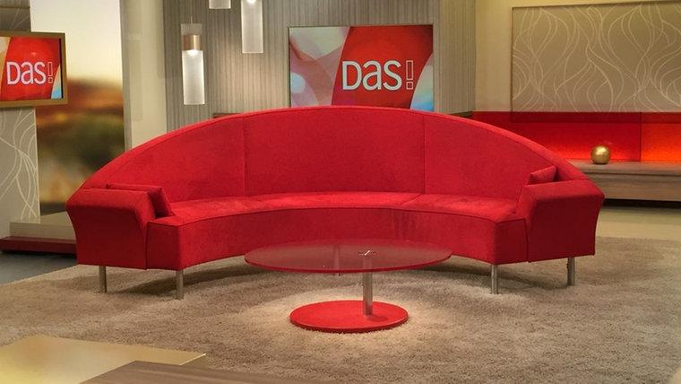 Alternulltiv auf dem roten Sofa