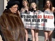Eine pelztragende Frau passiert eine PETA-Protestaktion. © dpa-Report Fotograf: Roger L. Wollenberg /Landov