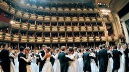 Der Eröffnungswalzer am Wiener Opernball. © dpa