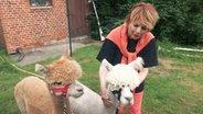 Alida Gundlach begrüßt auf ihrem Tierhof zwei Gäste: Benny und Nestor werden für die Therapie von verhaltensauffälligen Kindern gebraucht. © NDR/Silke König, honorarfrei
