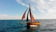 """Die """"Vitura"""" wurde vor 100 Jahren in Dänemark gebaut. In MV fährt sie in der Zeesbootklasse. Die Zeesenboote sind die traditionellen Arbeitsboote, heute noch zahlreich und liebevoll erhalten an der Boddenküste zu finden. © NDR"""