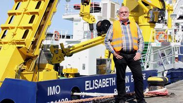 "Schiffsmechaniker Reinhold Stecher am ""Alten Hafen"" in Rostock. © NDR/Vincent TV/Cordula Stadter, honorarfrei"