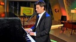 extra 3 Moderator Christian Ehring am Klavier © NDR Foto: Patricia Batlle