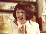 Ein Kind, das Frauke Petry darstellen soll, schreit eine Zitronenpresse an.