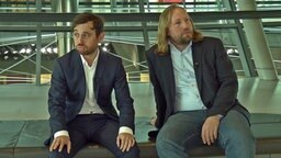 Jakob Leube sitzt gedankenverloren neben Anton Hofreiter.