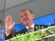 Erdogan winkt.