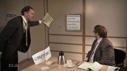 Ein CSUler erklärt einem Neu-CSUler die CSU.  Foto: Screenshot
