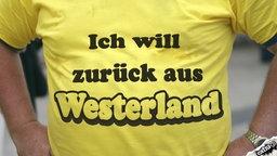 """T-Shirts mit der Aufschrift """"Ich will zurück aus Westerland""""."""