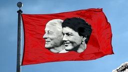 Oskar Lafontaine und Sahra Wagenknecht auf einer roten Fahne.