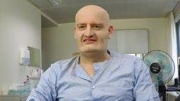 Max Giermann wird in der Maske zu Jens Spahn