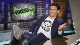 """Christian Ehring mit einem T-Shirt, auf dem """"Freunde des Teufels"""" steht."""
