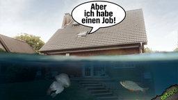 """Jemand schreit aus einem Haus, das bis zur Hälfte im Wasser steht: """"Aber ich habe einen Job!"""""""