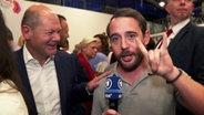 Reporter Jakob Leube mit Olaf Scholz bei der SPD Regionalkonferenz