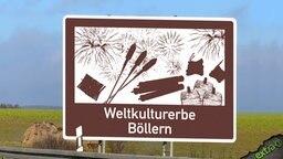 """Autobahnschild für Sehenswürdigkeiten mit der Aufschrift """"Weltkulturerbe Böllern""""."""