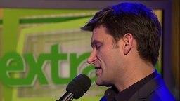 Ehring singt ins Mikrofon