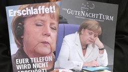 Magazine im Stile des Wachturms mit dem Konterfei von Angela Merkel auf der Titelseite.