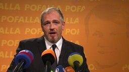 Torsten Sträter als Pofallas Pressesprecher