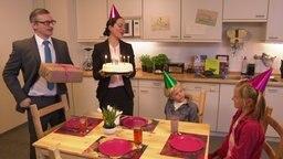 Johannes Schlüter steht neben seiner Frau Johanna und singt seinen zwei Kindern ein Lied zum Geburtstag. © NDR Foto: Screenshot
