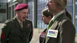 Johannes Schlüter brüllt als Drill Instructor eine Linke und einen Grünen an. © NDR Foto: Screenshot