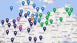Auf einer Karte von Norddeutschland markieren Punkte Orte, in den extra 3 Realsatiren spielen. © NDR