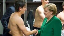 Angela Merkel und Mesut Özil © dpa Foto: Guido Bergmann