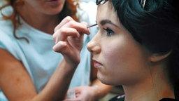 ESC-Kandidatin Jamie Lee Kriewitz wird geschminkt. © NDR