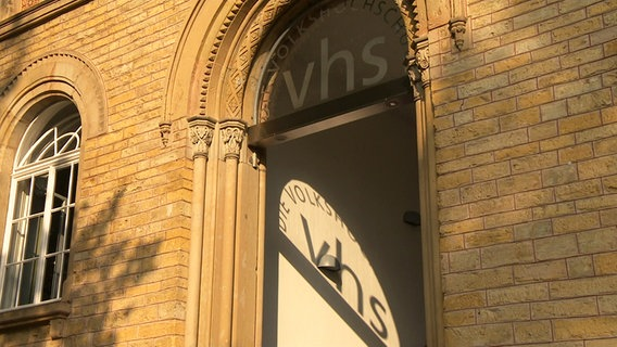 Das Gebäude einer Volkshochschule von außen © NDR