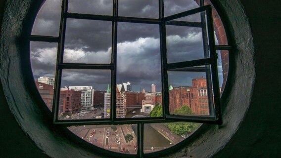 Gewitterwolken über der Speicherstadt. © NDR Foto: Timo Müller