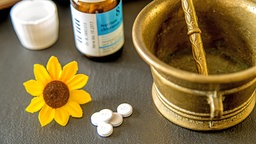 Schüßler-Salze Blume und Messingschale © panthermedia Foto: CHROMORANGE