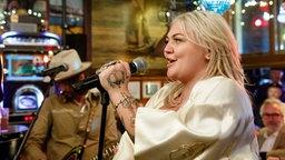 Die Sängerin Elle Kind singt an einem Mikrofon. © NDR/Morris Mac Matzen