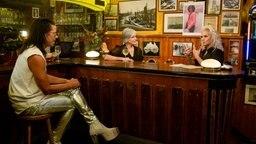 Jorge González, Birgit Schrowage und Ina Müller sitzen an einem Tresen und unterhalten sich © NDR/Morris Mac Matzen Foto: Morris Mac Matzen