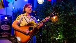 Philipp Poisel spielt Gitarre und singt dabei. © NDR/Morris Mac Matzen Foto: Morris Mac Matzen