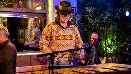 Helge Schneider spielt Xylophon © NDR/ Morris Mac Matzen Foto: Morris Mac Matzen