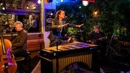 Olaf Schubter singt und wird dabei von Musikern begleitet. © NDR/Morris Mac Matzen Foto: Morris Mac Matzen