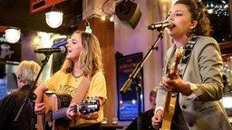 Steiner & Madlaina singen und spielen Gitarre bei Inas Nacht. © NDR/ Morris Mac Matzen Foto: Morris Mac Matzen