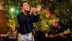 Zak Abel singt bei Inas Nacht. © NDR/ Morris Mac Matzen Foto: Morris Mac Matzen